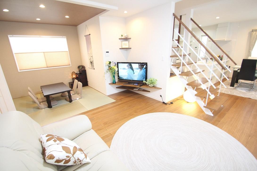 リビング:階段壁のコーナーに作り付けのTV台が設けられています。スペースを効率よく活用、和室と続きになっていて広く使えます