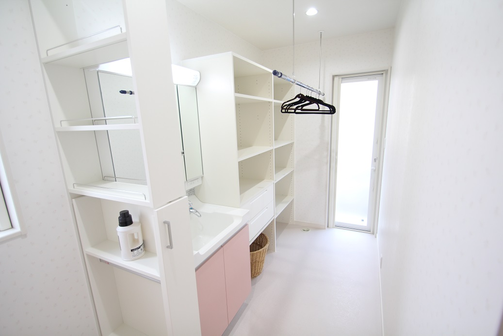 洗面所にはこの商品に標準の収納棚が付いています。洗濯物や個人の衣類など分けて収納できます