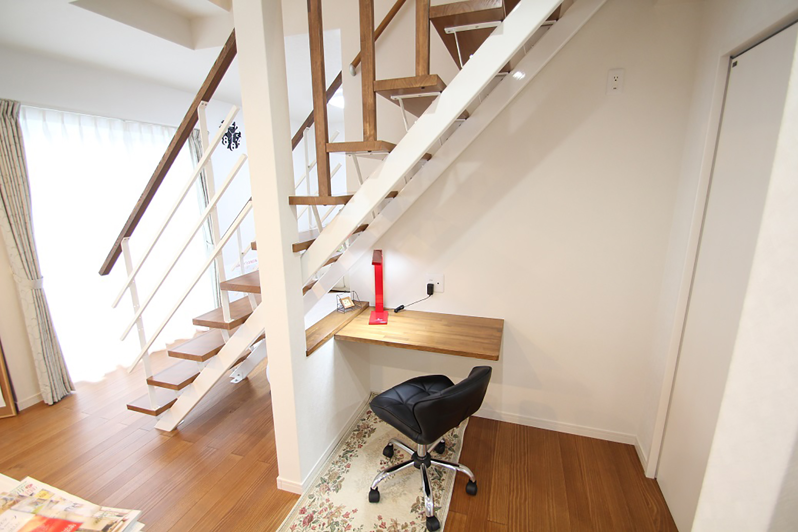 弊社オリジナルのスケルトン階段です。おしゃれで大変人気です。階段下にはパソコンでインターネットが出来るカウンタースペースがもうけられています。