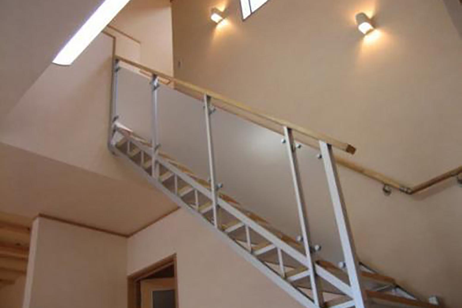 オシャレな【アルミ階段】! 階段付近は吹き抜けになってます!