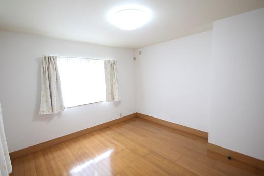 洋室2 7.5畳の寝室 タンススペースがありますのでお手持ちのタンスを置くことが出来ます。