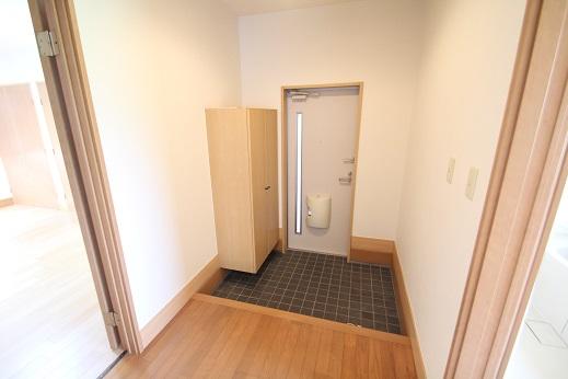 玄関、ホール : 3畳の広さがある玄関 アパートではなかなかこの広さは見かけません、大勢の来客でも対応出来ます