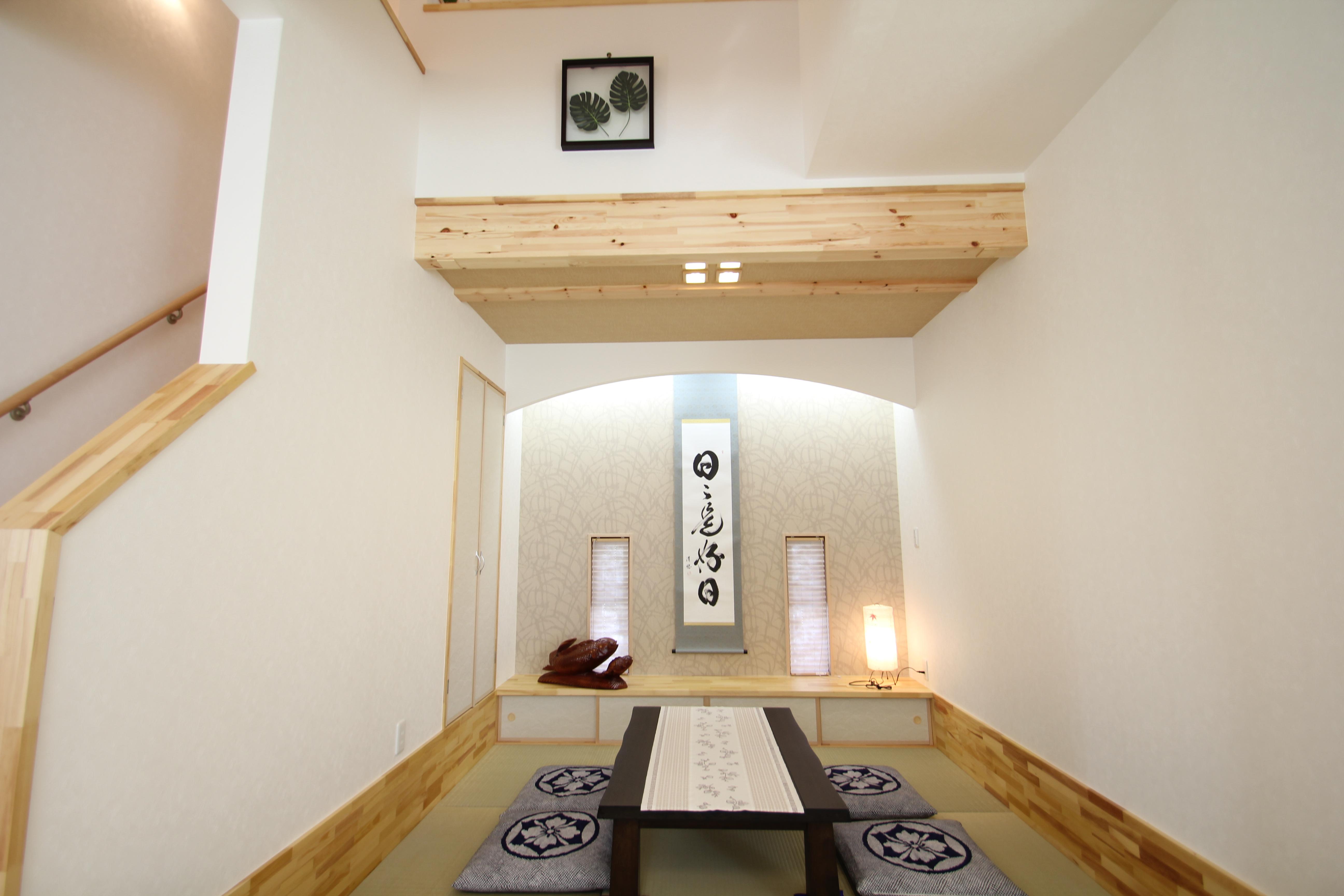 和室:リビングより一段(30cm)下がりの和室となります。正面には飾り棚を設けています