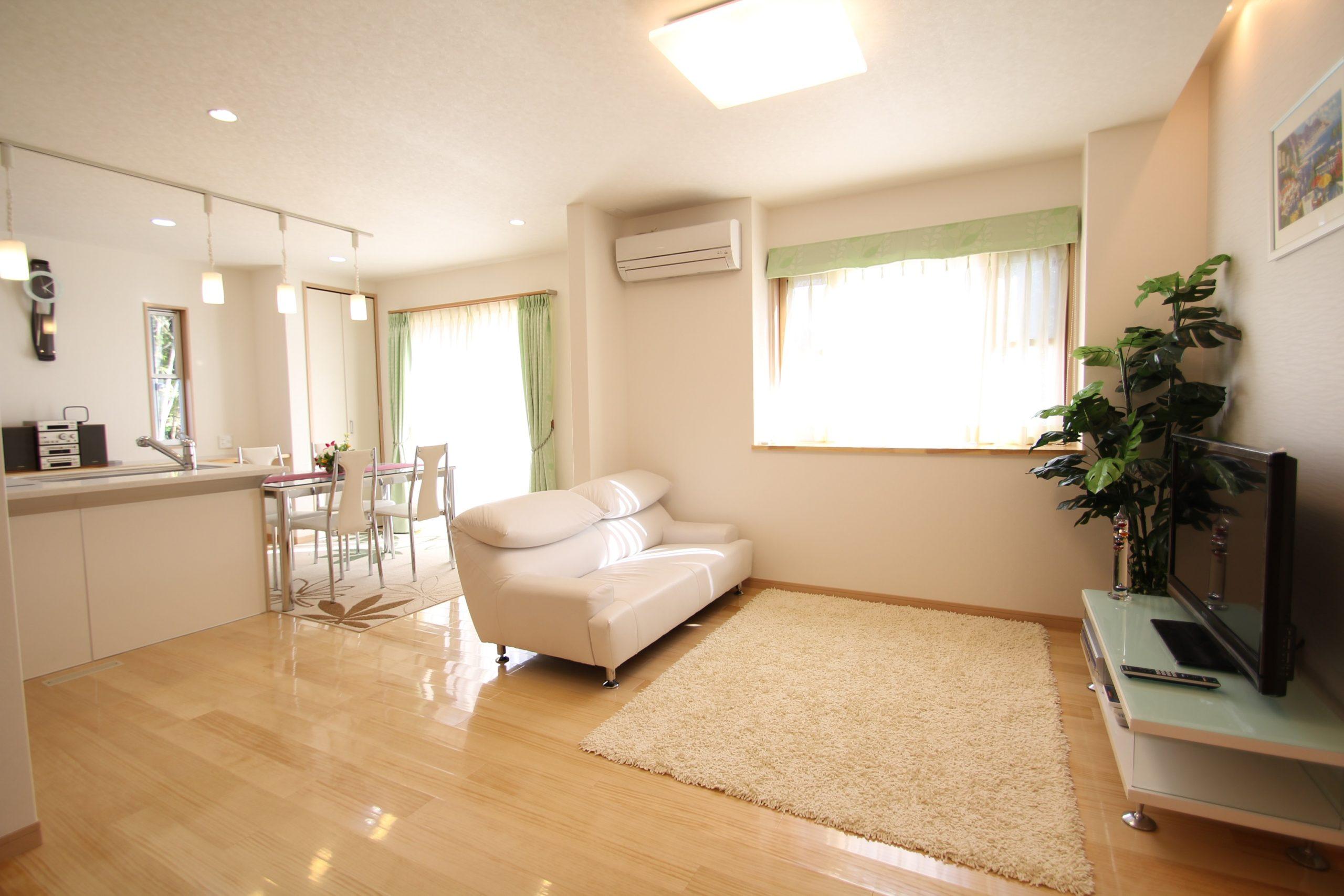 白を基調とした仕上がり、床の仕様は無垢のパイン材素足に気持ちい素材です