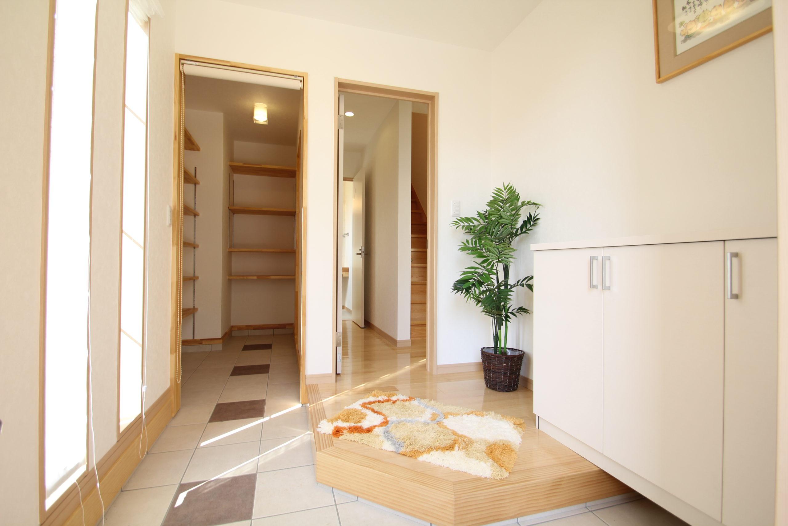 玄関ホール:玄関横にシューズクロゼット他可動棚により大きさににより細かく収納できます