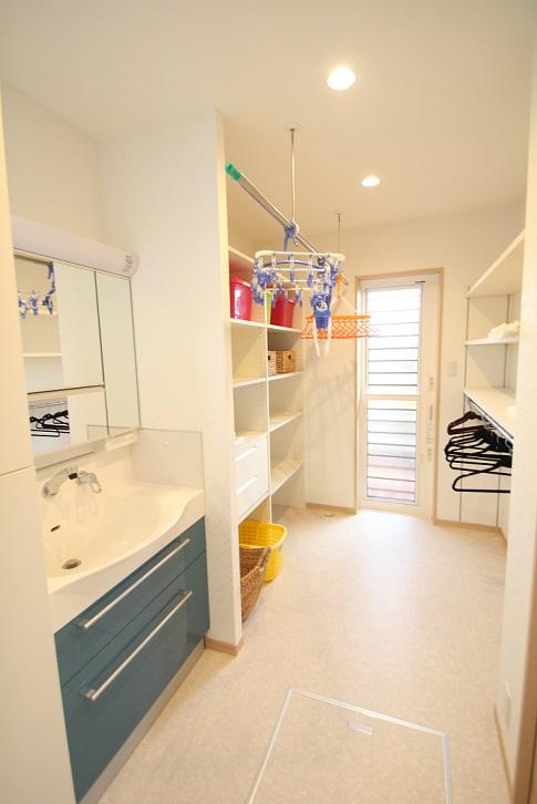 洗面室:洗濯機も同室にあり共働きのお母さんにとっては忙しい家事の<br /> 洗濯→干す→たたんで仕舞うの作業がこの部屋で賄え忙しい朝の時間が軽減できます。又奥には屋根の付いた洗濯干場があり、心配な雨も安心です