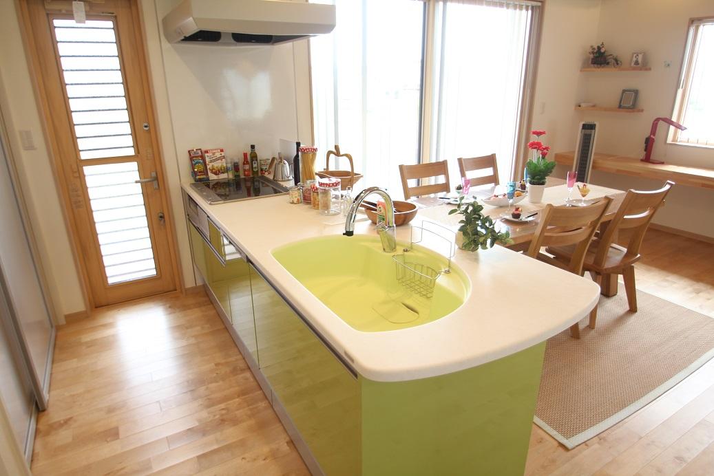 キッチンは、衝撃に強いトクラスの人大を使ったキッチンタッチレス水栓が付いていて両手が汚れていても大丈夫です。