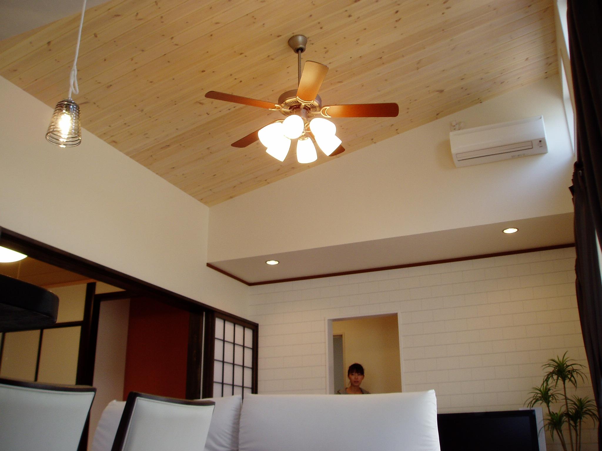 リビングの勾配天井自然素材の板を使用しています。