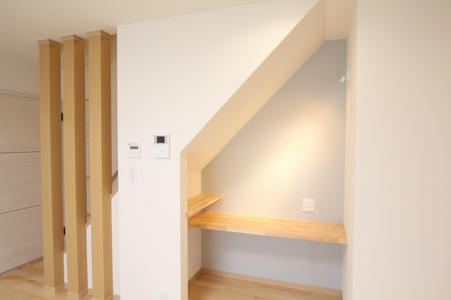 階段下を利用したカウンター付きの家事コーナ