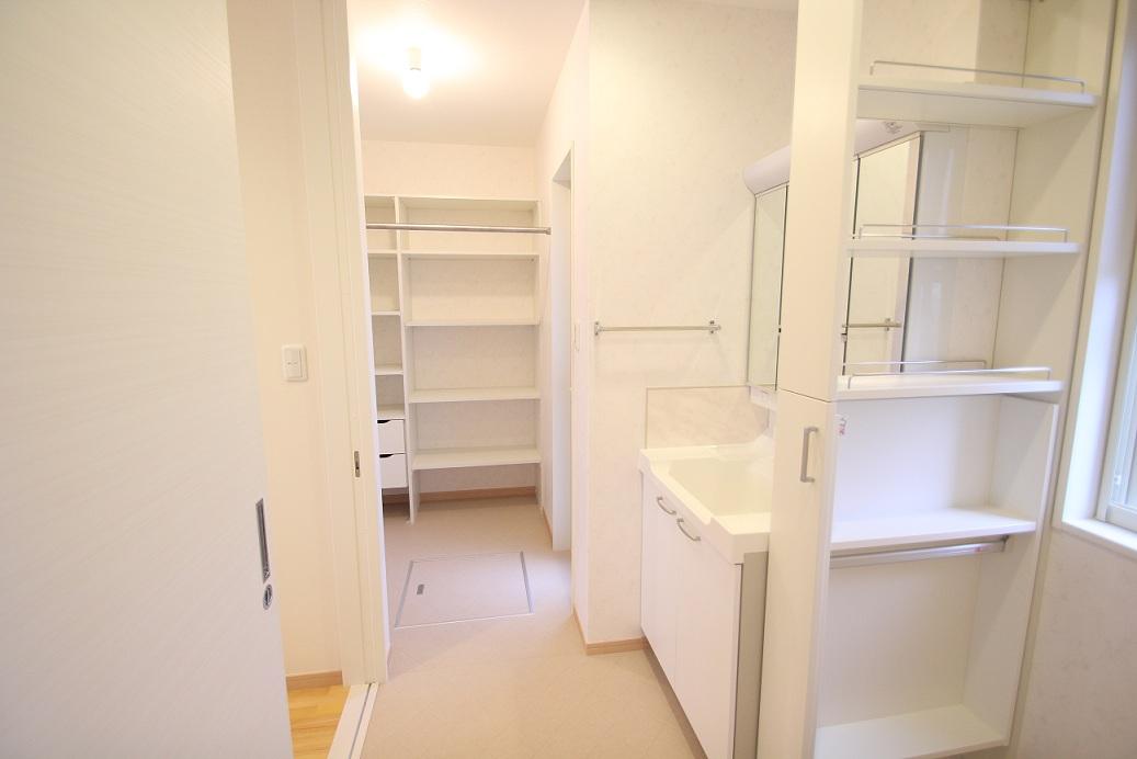 広々とした洗面奥に収納棚を設け整理棚として使えます
