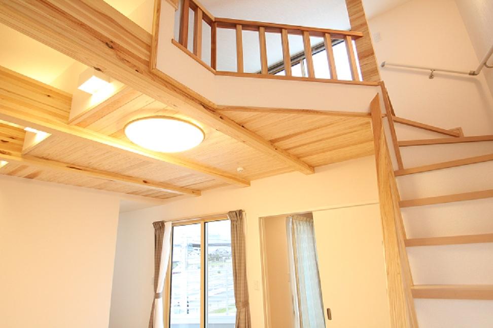 屋上バルコニーにつながる階段、天井も自然素材を使用しています