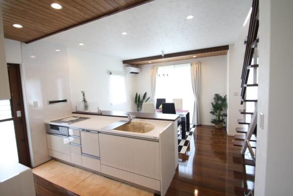 ダイニング:キッチン キッチンのレンジフードが壁に取り付けてあり一般のキッチンと違った仕上がりです
