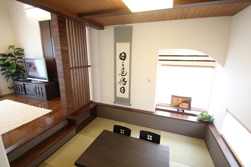 リビング横の和室:床の高さがリビングより低くなっていて居酒屋に来たような感じです
