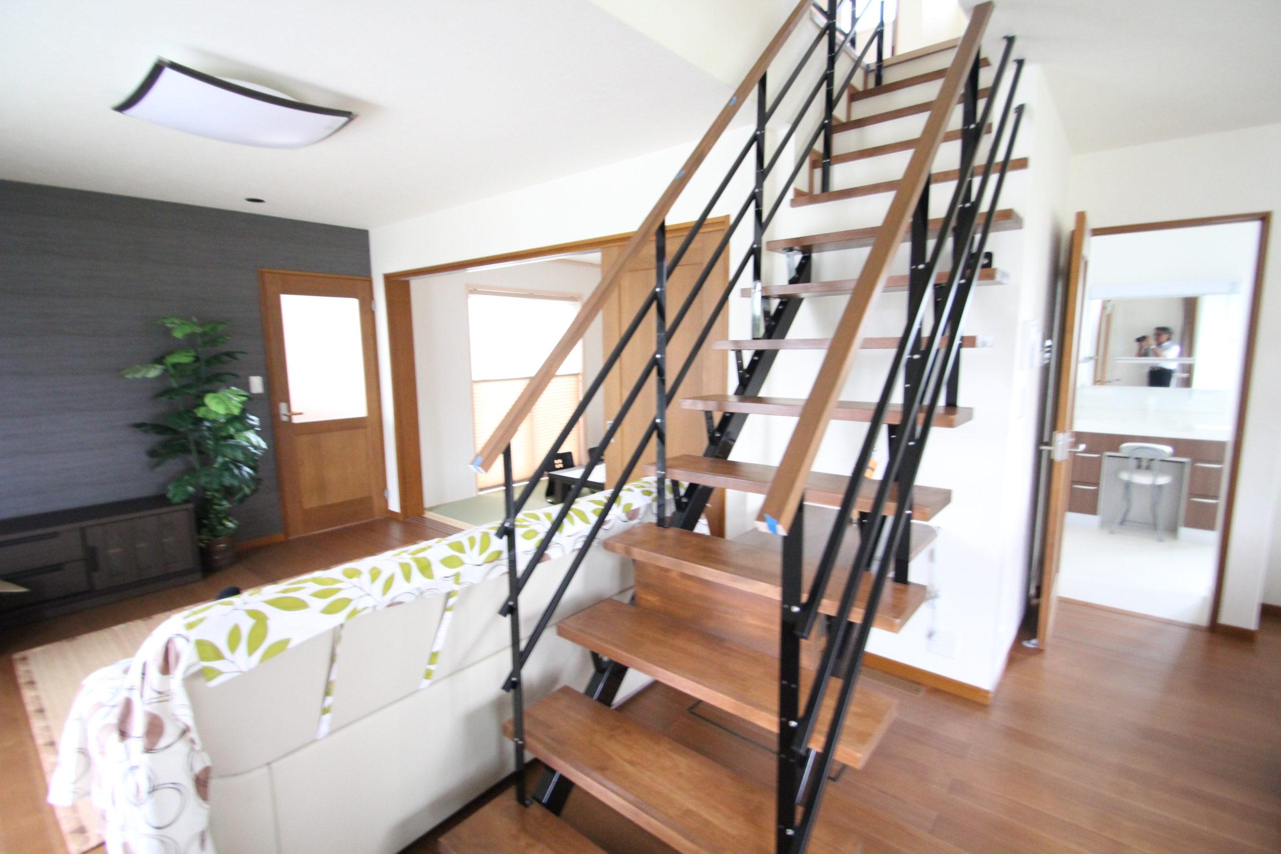 リビングとダイニングの中央に設けられたスケルトン階段壁がない分広く感じます