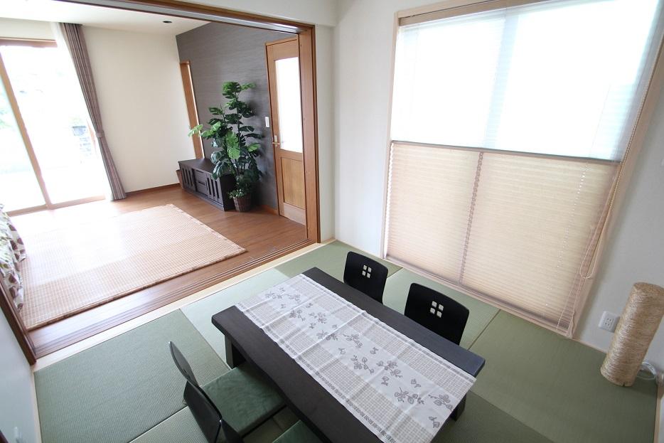 掃出し窓の付いた和室、さわやかな風が入り昼寝をするには最適な場所