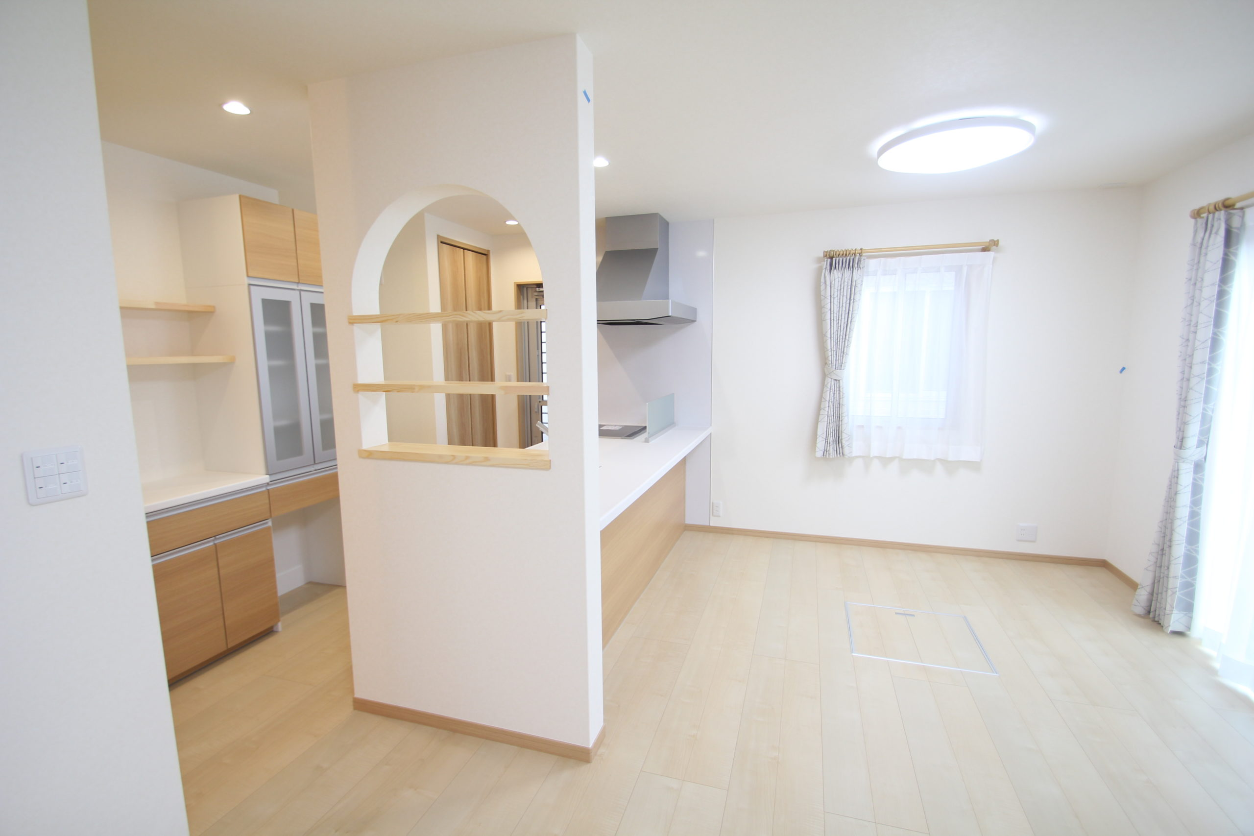 キッチンの横壁小物を置ける棚を設けています。<br /> 炊事をしながらリビングのの様子が見れます