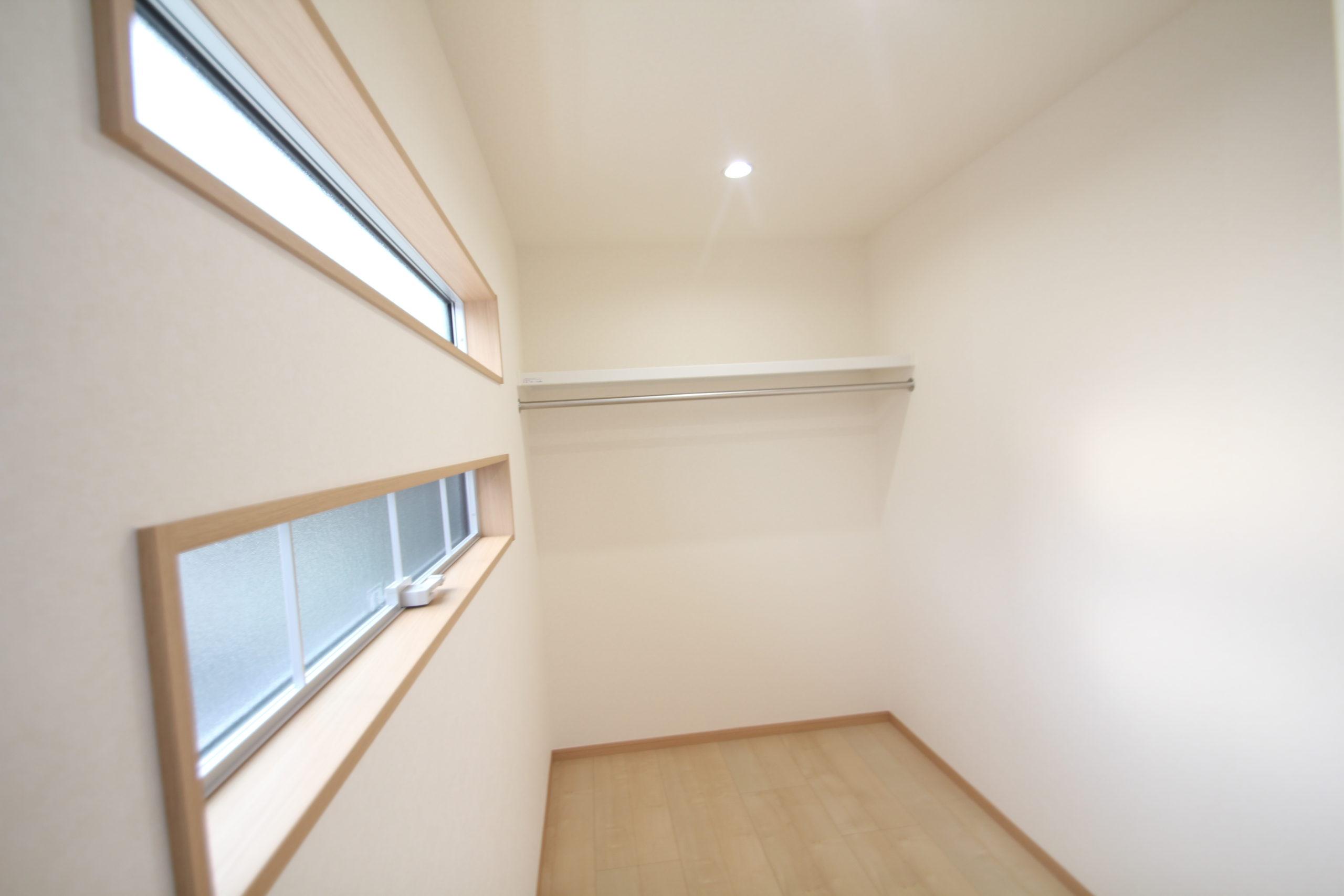 寝室の横に設けていますウォークインクローゼット3畳ほどの広さSです。